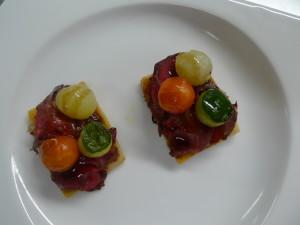 Mini coca de roast beef i verduretes